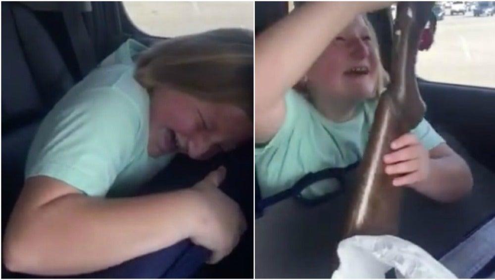 La reacción de la niña al ver la escopeta