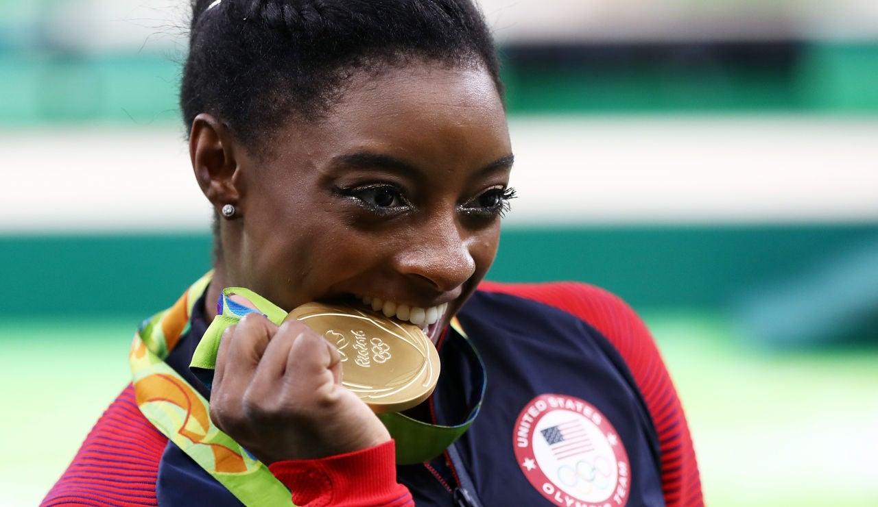Simone Biles muerde una de las medallas que consiguió en los Juegos de Río