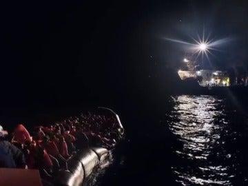Frame 39.83 de: Coldplay apoya con un vídeo el rescate a inmigrantes en el Mediterráneo