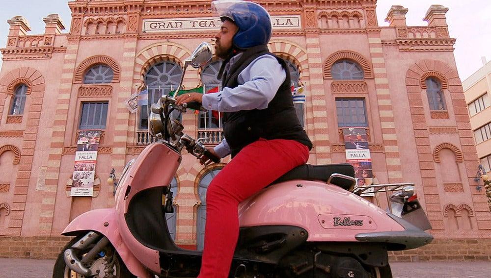 Jesús Macías sobre su moto rosa