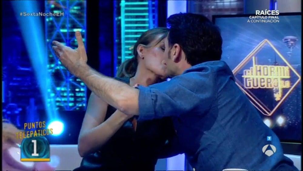 Frame 118.566637 de: La compenetración de Iñaki López y Andrea Ropero, a prueba con beso incluído