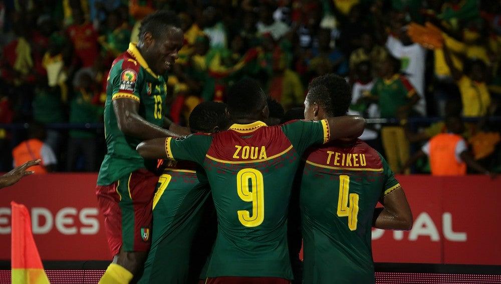 Los jugadores de Camerún celebrando uno de los goles