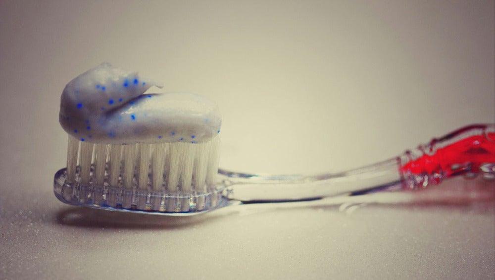 Un cepillo con pasta de dientes