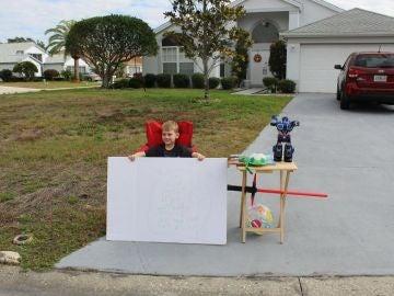 Blake, un niño de 6 años, abre un puesto de juguetes para regalarlos a los niños de pocos recursos