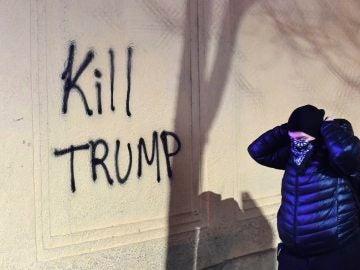 Un manifestante durante las protestas en Berkeley contra Donald Trump