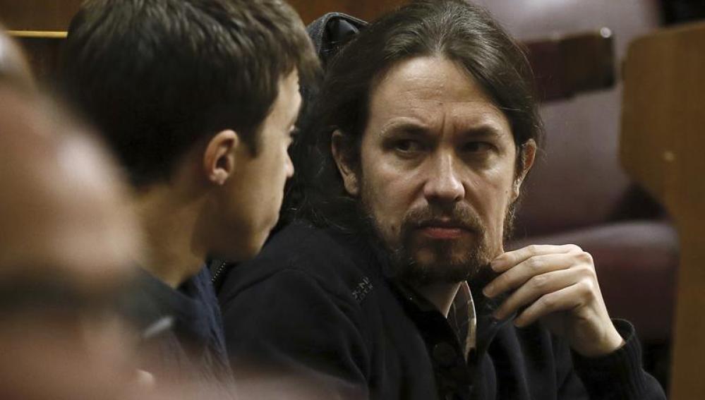 Pablo Iglesias mira a Íñigo Errejón