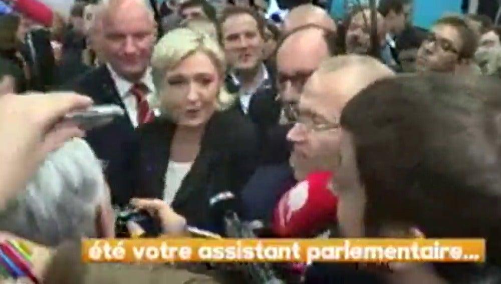 Frame 0.654313 de: Los guardaespaldas de Marine Le Pen golpean y expulsan a un periodista que intentaba preguntar a la líder ultraderechista