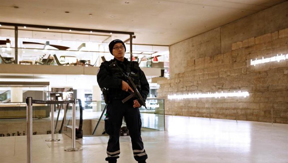 Un agente de policía en el interior del Museo del Louvre