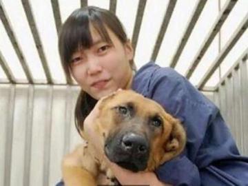 Chien Chih-cheng, junto a uno de los perros del refugio