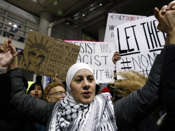 Manifestantes en la terminal 5 del aeropuerto O'Hare en Chicago (EEUU)