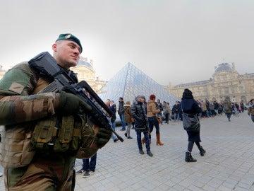 Un soldado francés frente al museo del Louvre