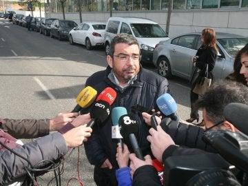 El responsable jurídico de CDC, Francesc Sánchez, atiende a los medios después de que haya quedado en libertad