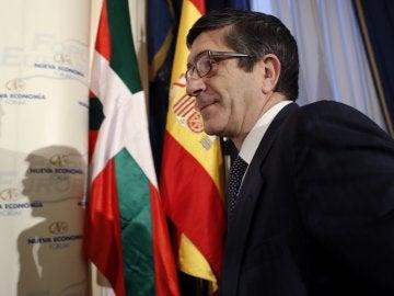 El candidato a secretario general del PSOE Patxi López en su llegada al desayuno informativo organizado por Nueva Economía Forum