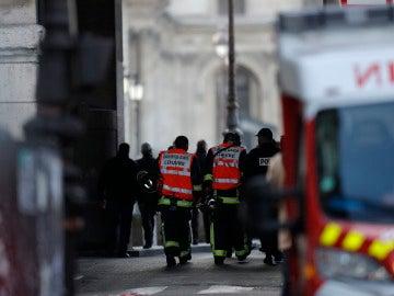 Bomberos y policías a las puertas del Louvre