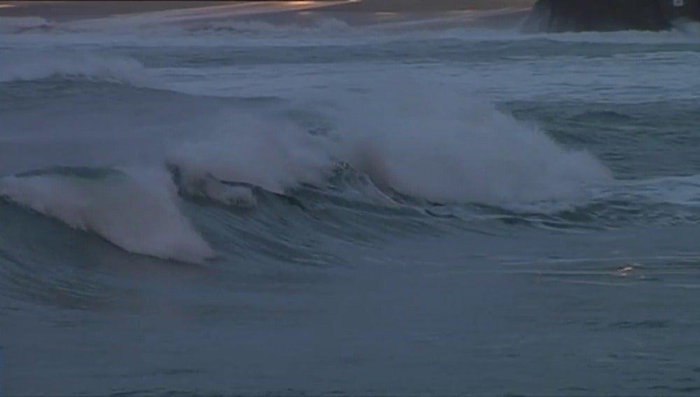 Frame 25.160275 de: A Coruña, Lugo y Pontevedra siguen en alerta roja por olas de 10 metros