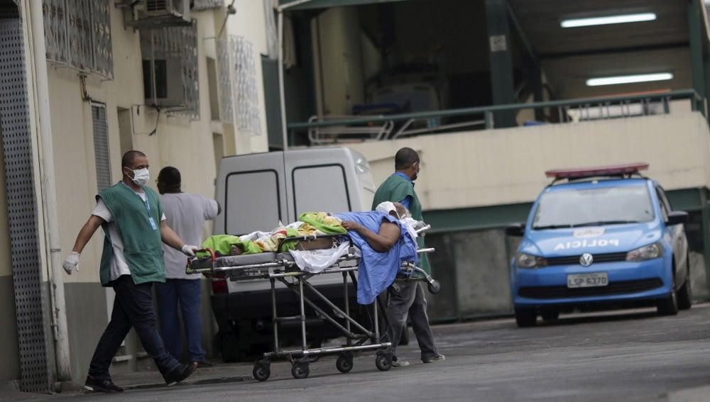 Unos méñdicos brasileños trasladan a un paciente en Río de Janeiro