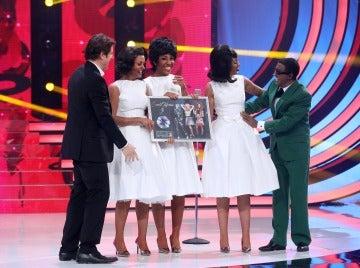 Sweet California recibe el disco de platino tras su actuación con Canco Rodríguez