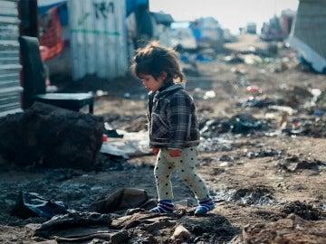 Una niña refugiada en un campamento