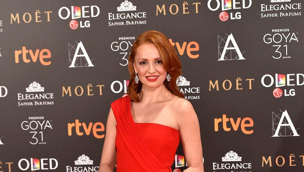Cristina Castaño, muy elegante, con este modelo rojo de Versace