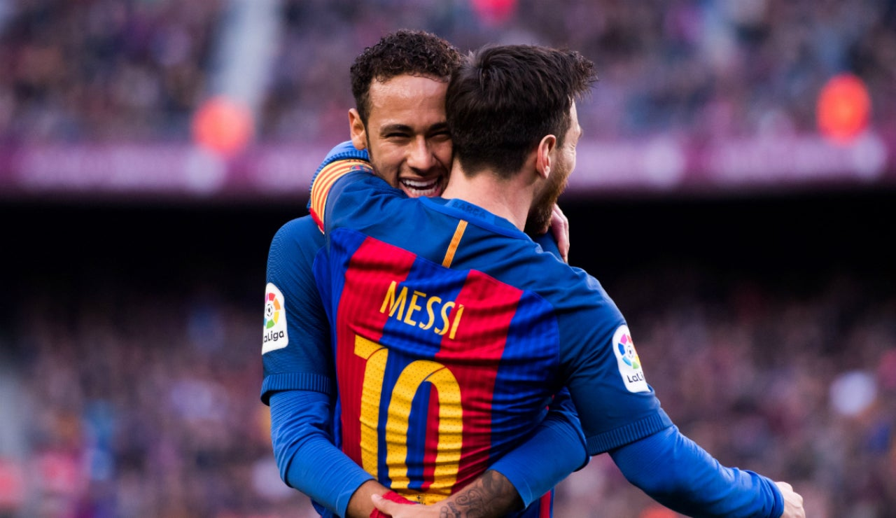 Messi se abraza a Neymar