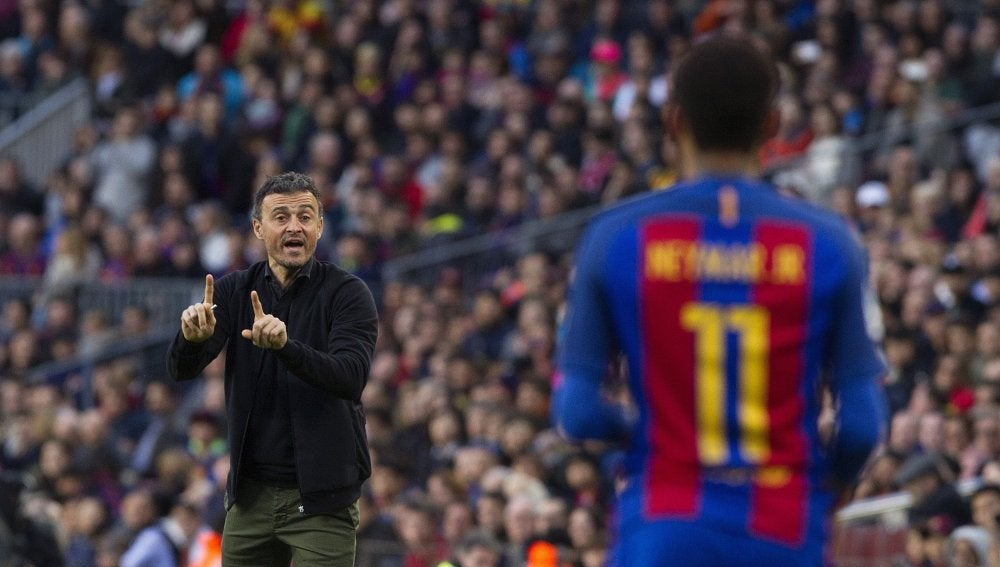 Luis Enrique da instrucciones a Neymar