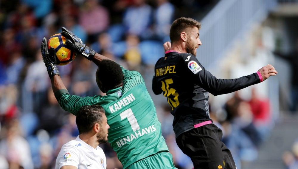 Kameni atrapa un balón ante Javi López