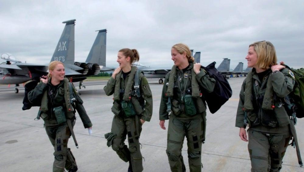 Cuatro mujeres con su uniforme militar