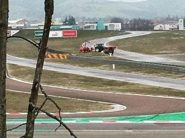 El coche de Sebastian Vettel es retirado del circuito de Fiorano