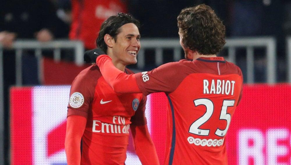 Cavani celebra un gol con Rabiot