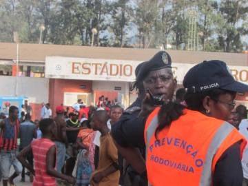 Policía angoleña en las inmediaciones de estadio