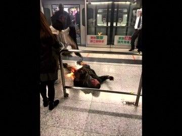 Frame 9.414341 de: Un hombre se quema a lo bonzo e hiere a diez personas en el metro de Hong Kong