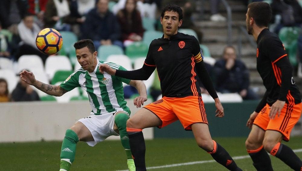 Rubén Castro y Parejo disputan el balón