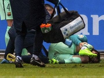 Aleix Vidal, siendo atendido por las asistencias médicas