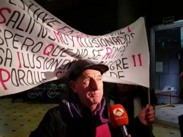 Un simpatizante de Podemos piden la paz entre Iglesias y Errejón en Vistalegre II