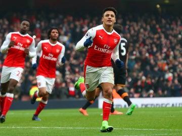 Alexis celebra un gol con el Arsenal