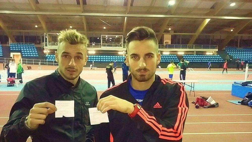 Dos atletas enseñan las facturas de sus accesos a la pista de atletismo