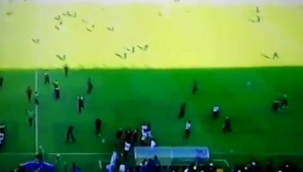 Aficionados invaden el campo al final de un partido