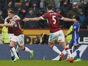 El Burnley celebra un gol ante el Chelsea