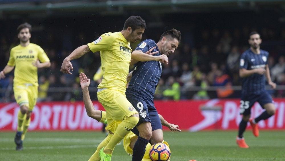 Charles y José Ángel pelean por el balón durante el Villarreal - Málaga