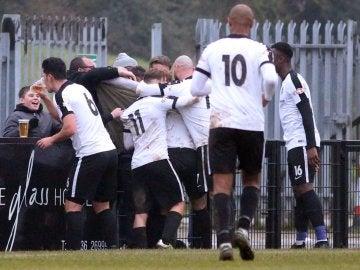 Los jugadores del Corby Town, celebrando un gol