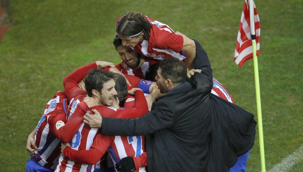Simeone celebra un gol con los jugadores del Atlético