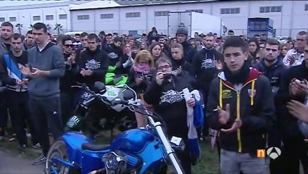 Frame 92.379166 de: Decenas de personas homenajean al jóven que murió arrollado por dos motos en Valencia