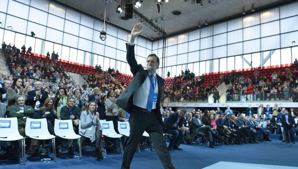 Mariano Rajoy saluda a los asistentes del congreso del PP
