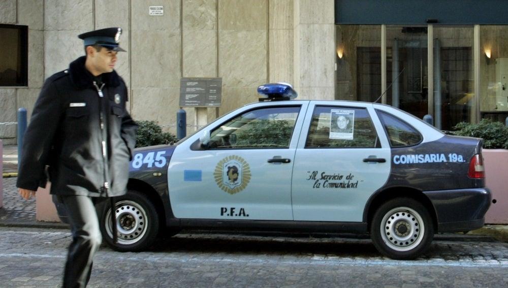 Coche y agente de policía en Argentina