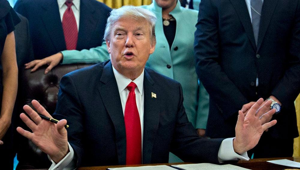 El presidente norteamericano Donald Trump firmando una orden ejecutiva