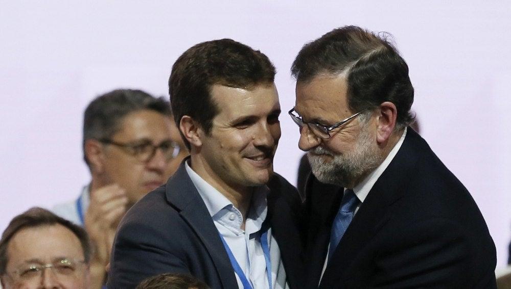 El vicesecretario de Comunicación del PP, Pablo Casado, y el presidente del Gobierno y del partido, Mariano Rajoy