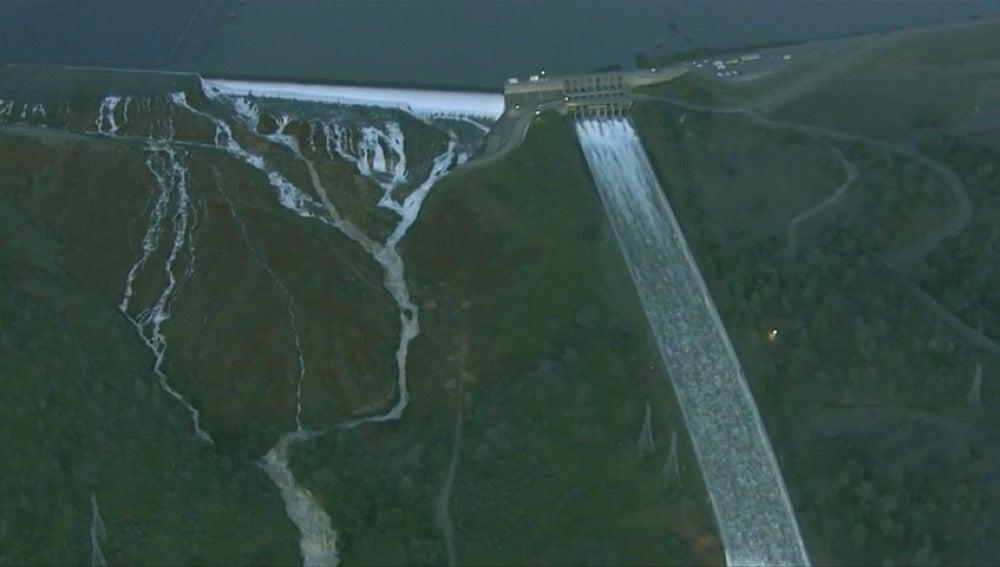 Frame 2.936146 de: Casi 200.000 evacuados en California por daños en la presa Oroville