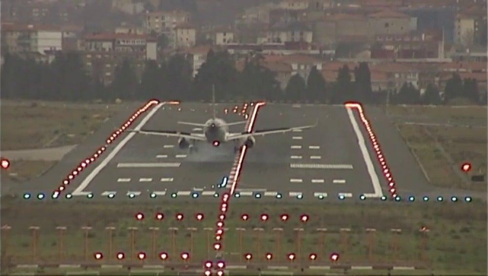 Frame 18.898969 de: Las intensas rachas de viento en País Vasco ponen a prueba la destreza de los pilotos en varios aterrizajes