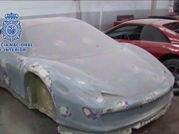 Frame 63.23879 de: Desmantelado un taller ilegal en Girona donde replicaban coches de lujo