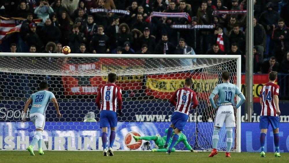 Fernando Torres lanza el penalti que no entraría ante el Celta